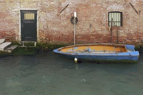 Barque bleu à la porte