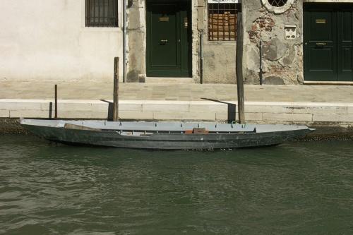 Barque grise avec échancrure