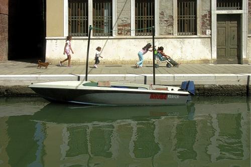 Barque grise avec gang