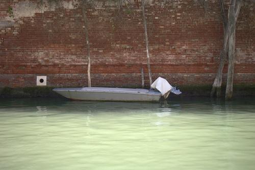 Barque petite au grand mur