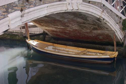 Barque sous le pont